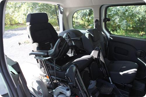 Passager en fauteuil roulant et valide sont côte-à-côte