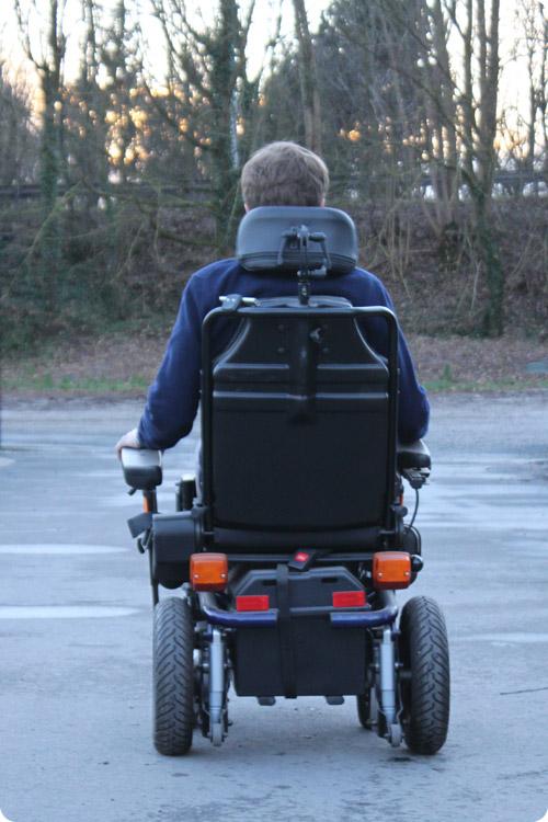 Comment circuler en fauteuil roulant électrique ?