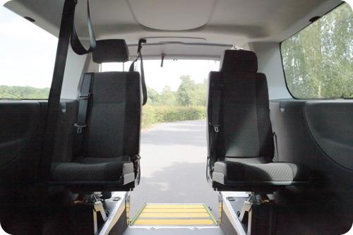 Les 2 sièges individuels du rang 3 sont pivotants pour libérer le passage lors de l'installation des passagers en fauteuil roulant.