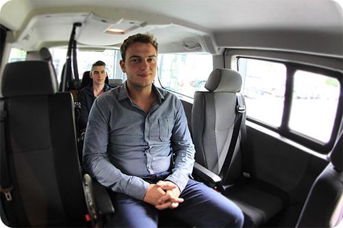 Les deux passagers en fauteuil roulant au milieu des places arrière