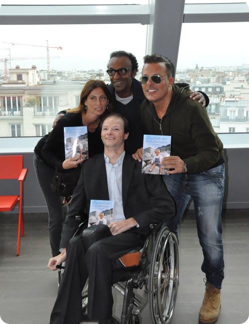 Benoît affiche sa joie de vivre, entouré de ceux qui le soutiennent.