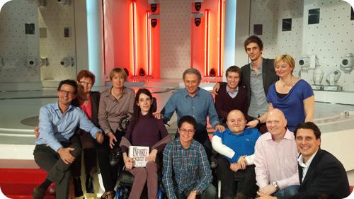 Photo souvenir des membres de l'équipe aux côtés de Michel Drucker