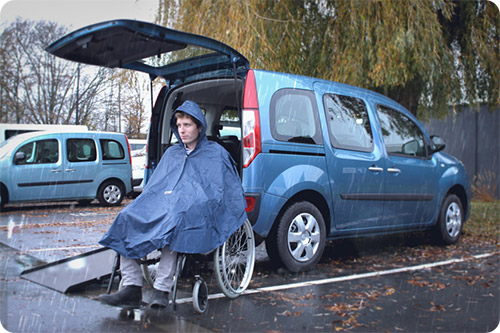 Le poncho pour fauteuil roulant protège bien de la pluie