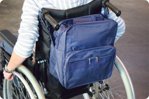 Le sac de fauteuil roulant est pratique en voiture
