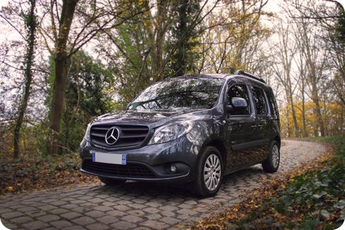 La signature Mercedes sur une voiture aménagée pour voyager avec une personne en fauteuil roulant, venez découvrir l'intérieur !.