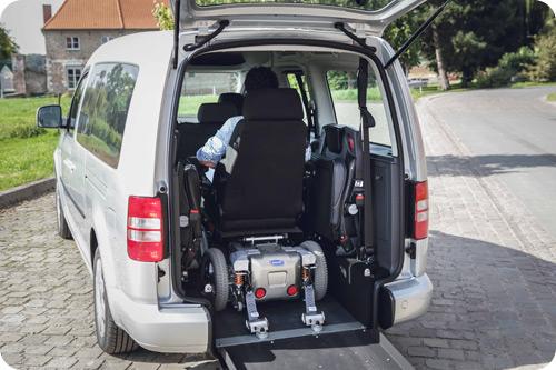 Le Caddy Maxi Triflex SimplyAccess peut accueillir un fauteuil volumineux tout en conservant les 2 sièges repliés contre les parois.