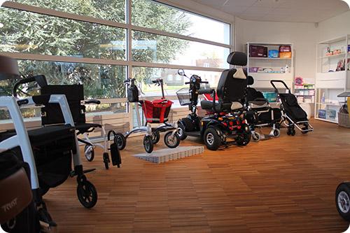 Démonstration des fauteuils roulants et déambulateurs chez Tous Ergo