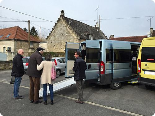 Livraison de deux minibus TPMR à l'Arche