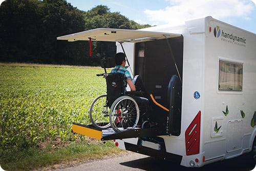L'accès en fauteuil roulant se fait par l'arrière...