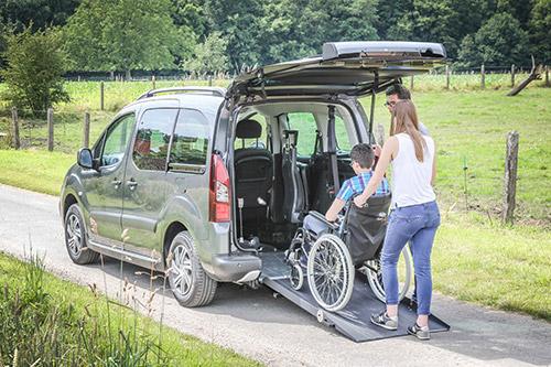 Louez une voiture accessible à l'avant pour vos vacances !