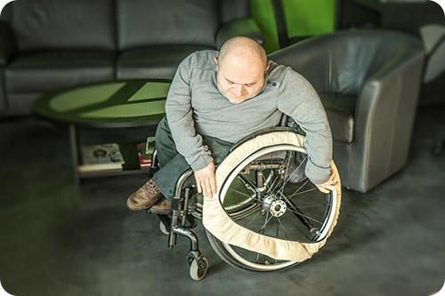 prot gez vos sols gr ce aux chaussettes pour roue de fauteuil roulant. Black Bedroom Furniture Sets. Home Design Ideas