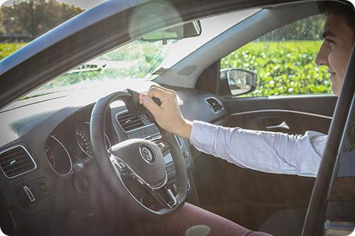Une Volkswagen Polo aménagée au volant