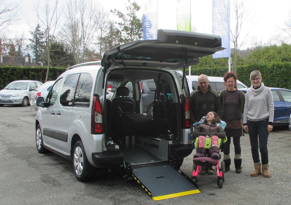 Voilà une famille heureuse, ravie de pouvoir voyager en voiture accessible !