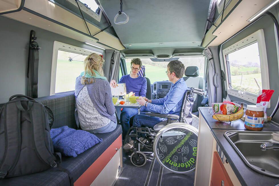 Prendre un repas dans un camping-car accessible, un moment unique à partager !