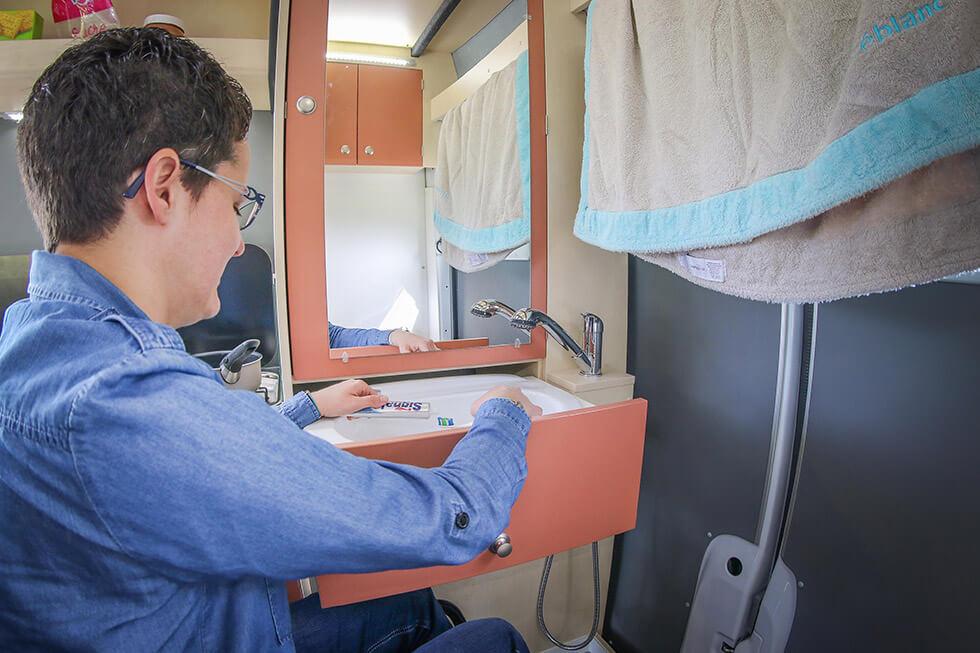Pour se brosser les dents, un astucieux évier en tiroir est installé à l'arrière