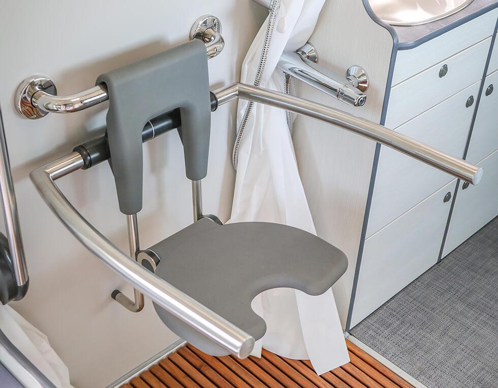 Un véritable siège de douche est intégré au camping-car