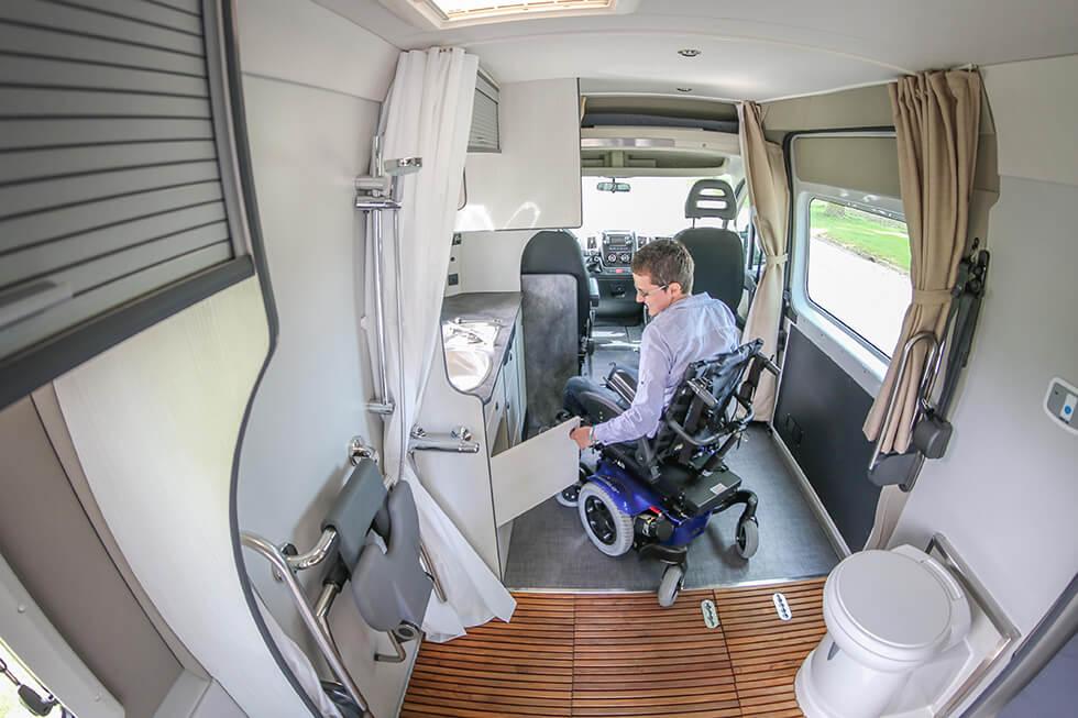 L'intérieur est suffisamment large pour se retourner en fauteuil roulant