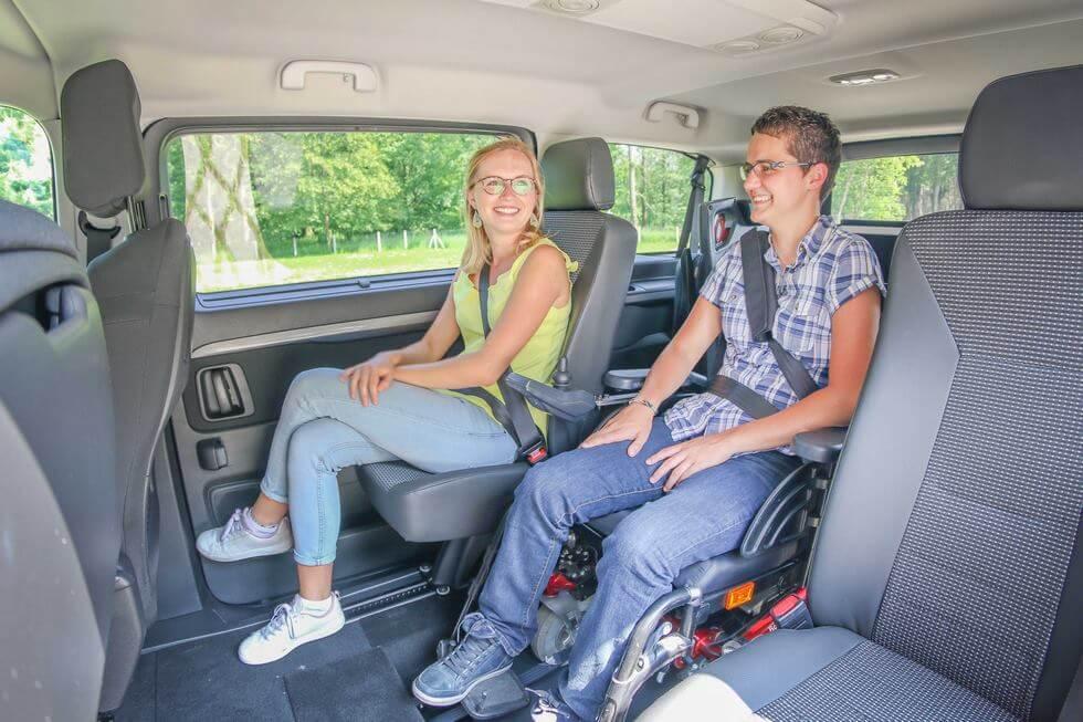 Dans le Citroën SpaceTourer aménagé handicap, le passager en fauteuil roulant voyage au milieu de la voiture