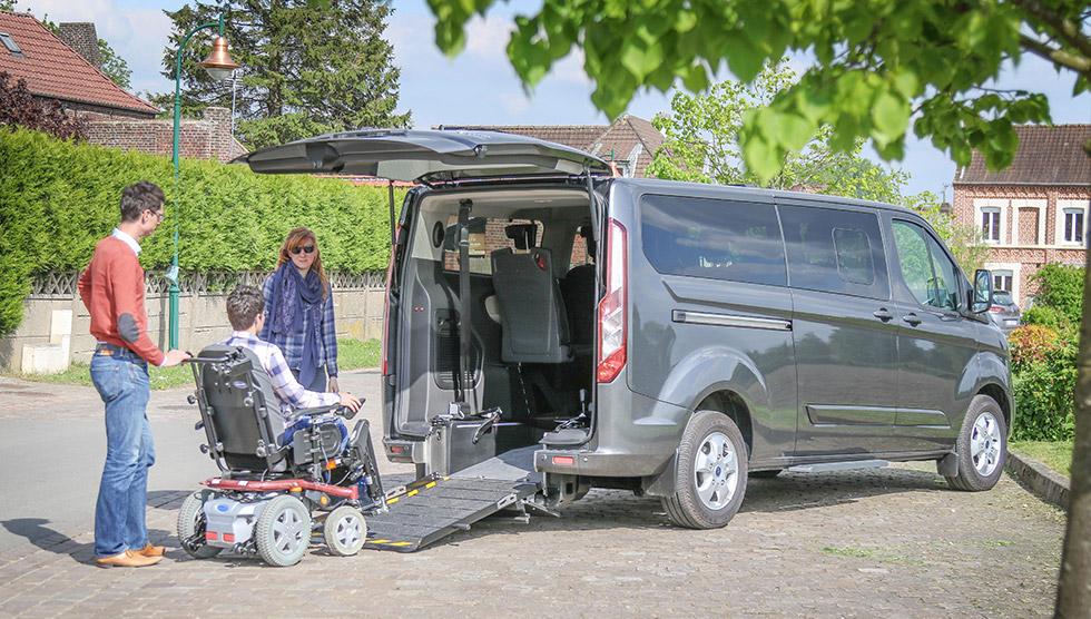 Le Ford Tourneo Custom Twin Peut Accueillir Deux Passagers En Fauteuil Roulant