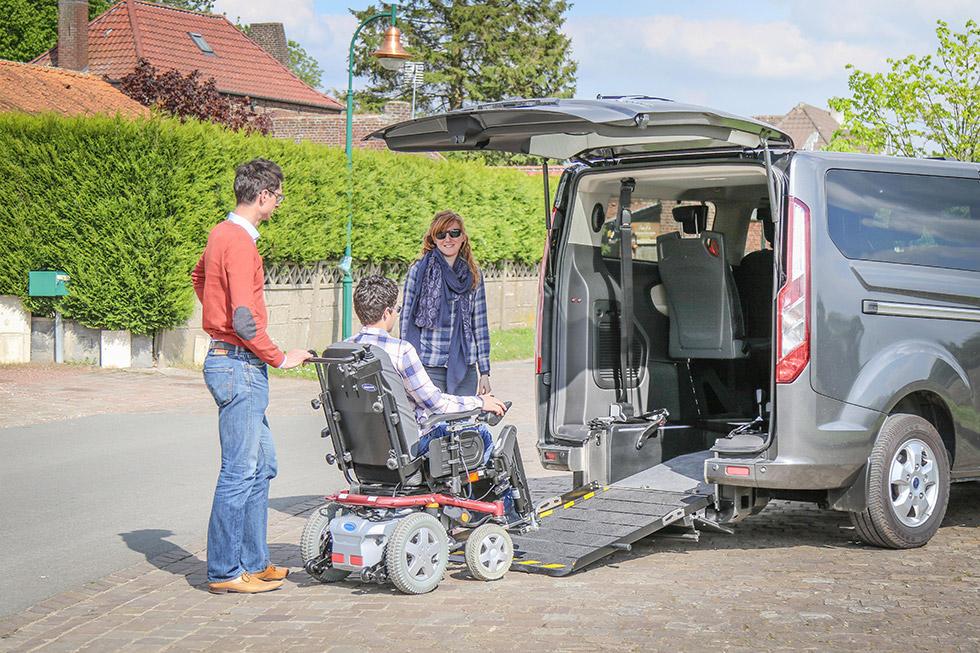 Profitez de voyages conviviaux en famille à bord du Tourneo Custom Twin accessible