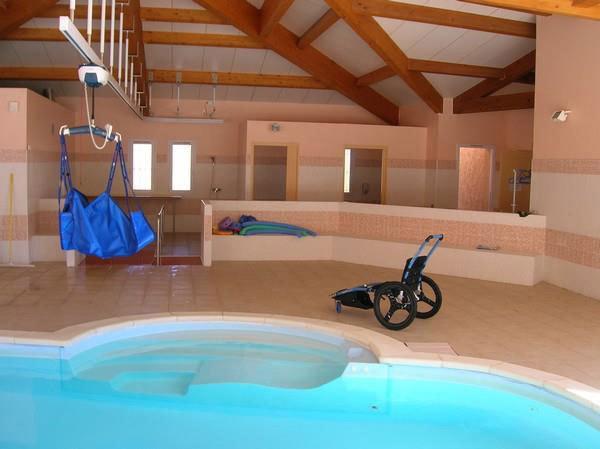 Le Bastidon de Lucie propose une piscine intérieure et une extérieure accessibles