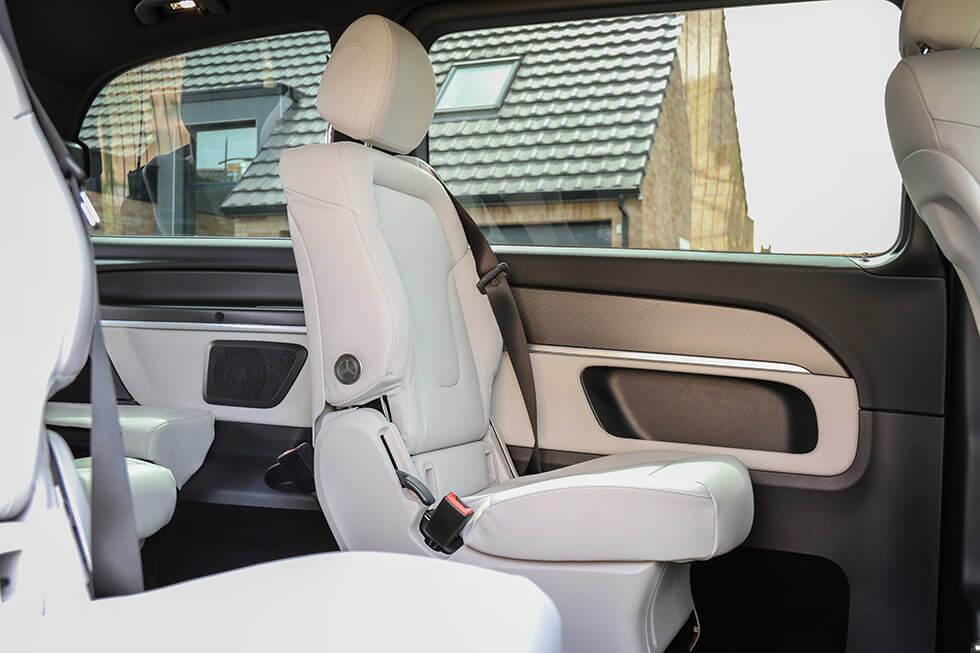 Les passagers arrière sont confortablement installés dans des sièges individuels haut de gamme...