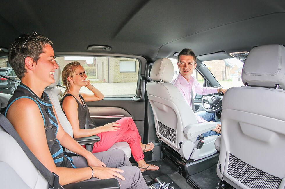 Le passager en fauteuil roulant voyage au milieu de la voiture, une place hyper confortable !