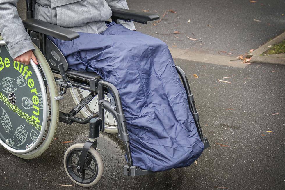 Restez bien au sec sur votre fauteuil avec cette protection de jambes