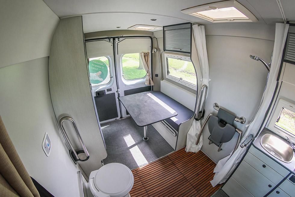 L'intérieur de ce camping-car est vraiment optimisé pour une personne à mobilité réduite