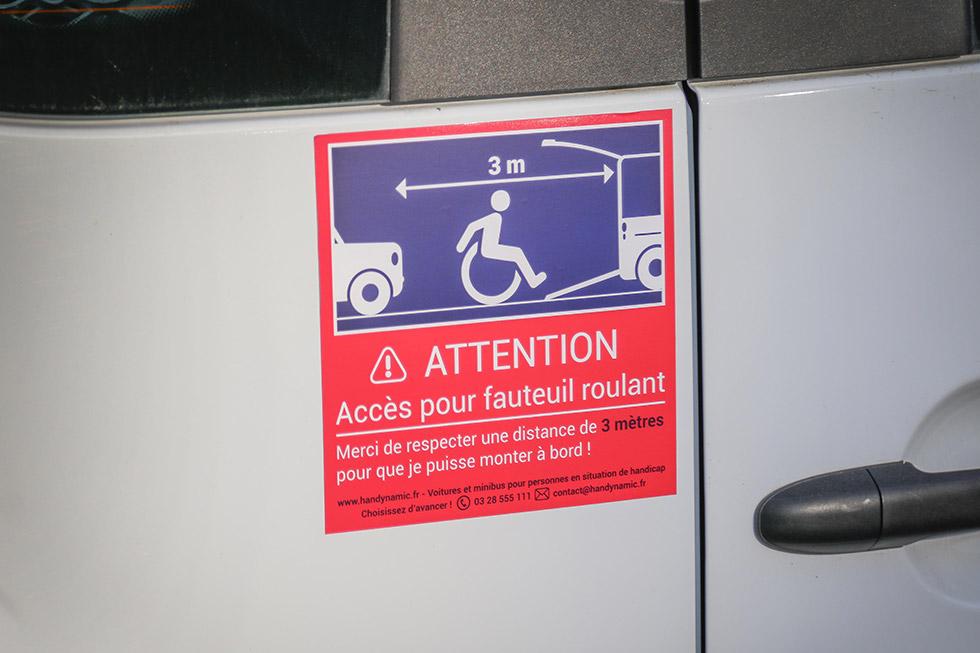 L'autocollant attention fauteuil roulant grand format s'adapte aussi sur les véhicules TPMR