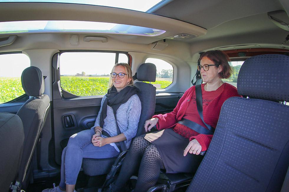 Le passager en fauteuil roulant voyage proche des places arrières pour plus de convivialité