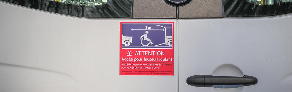 Un autocollant plus visible pour signaler la rampe d'accès de la voiture