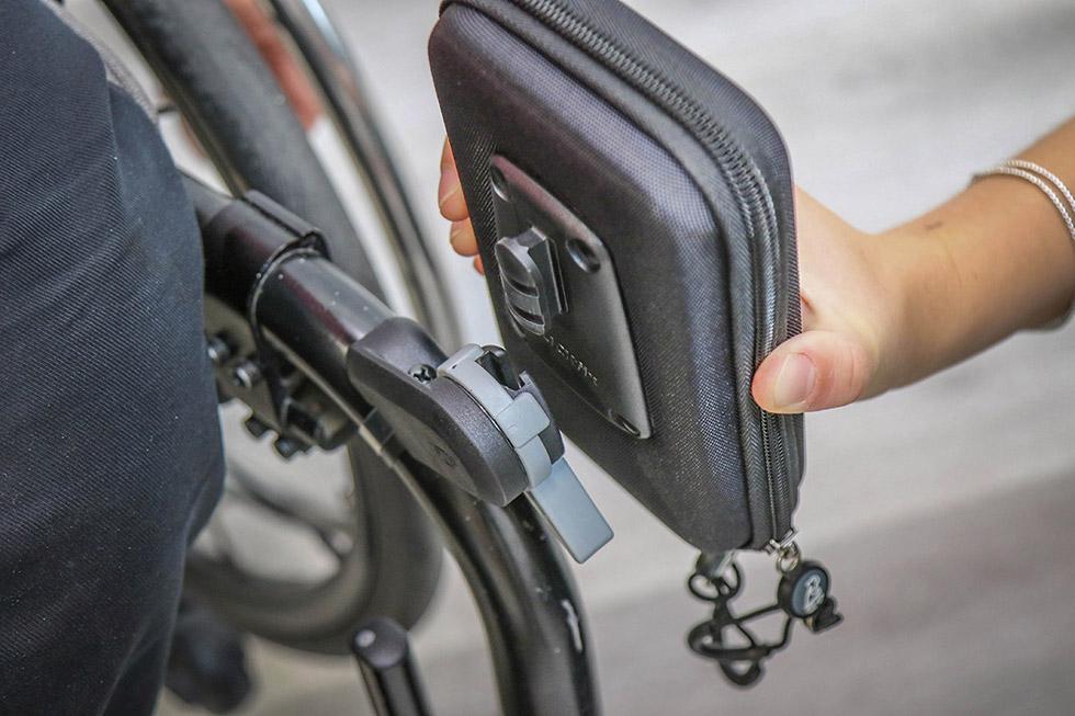 La fixation de l'étui Quokka pour fauteuil roulant intègre un système anti-vol