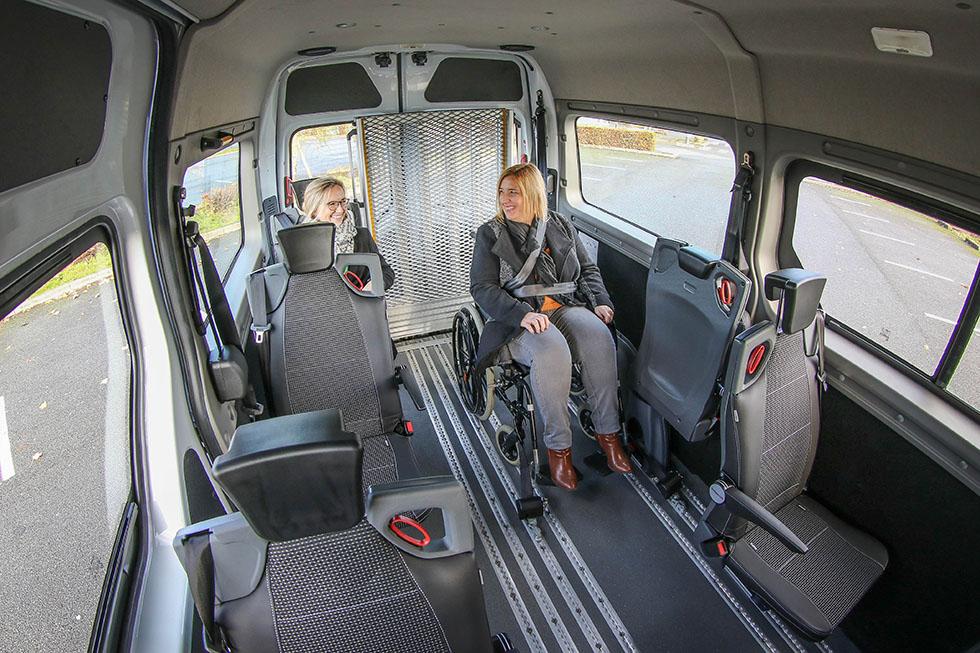 Le Master ZE L2H2 TPMR Triflex peut transporter jusqu'à 3 passagers à mobilité réduite
