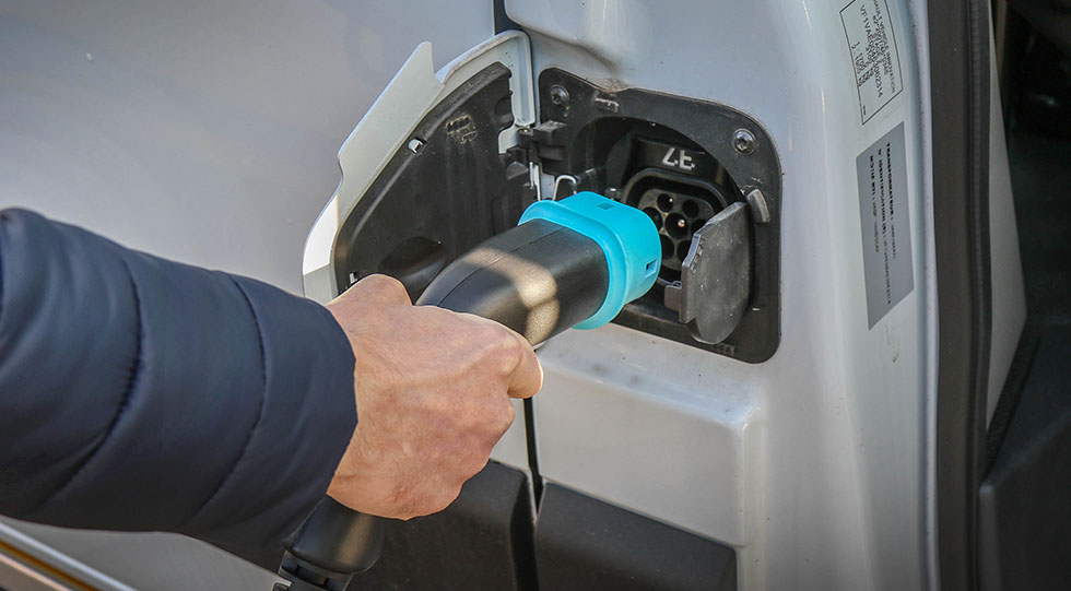 La durée de chargement du Renault Master ZE dépend du type de prise électrique utilisé