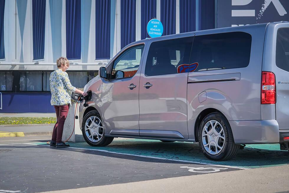 Avec sa prise de recharge rapide, le Citroën ë-SpaceTourer aménagé handicap retrouve une batterie chargée à 80 % en 40 minutes...