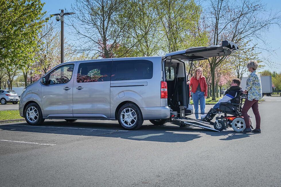 Le Citroën ë-SpaceTourer TPMR permet de voyager avec des passagers en fauteuil roulant électrique...