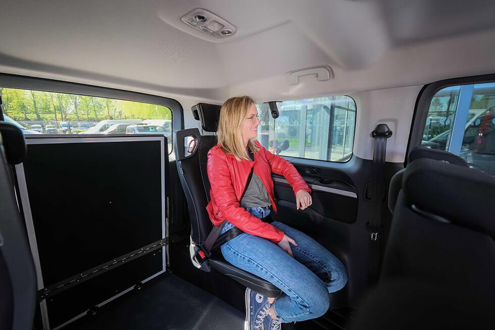 A l'arrière, deux sièges Triflex facilement repliables permettent d'augmenter la capacité d'accueil en l'absence de passager en fauteuil roulant